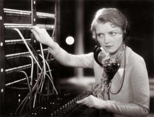 Antiga telefonista, ainda usando seu painel para conectar pessoas - Foto: Visualhunt / Creative Commons