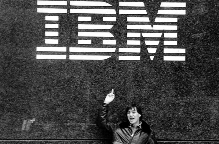 """Steve Jobs """"mostra o dedo para a IBM"""", em clássica foto de dezembro de 1983, tirada poucas semanas antes do lançamento do Macintosh – Imagem: reprodução"""