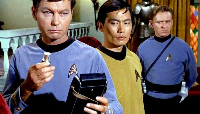 O inabalável doutor McCoy (à esquerda) e suas parafernália tecnológicas de diagnóstico na série original de Star Trek - Imagem: reprodução