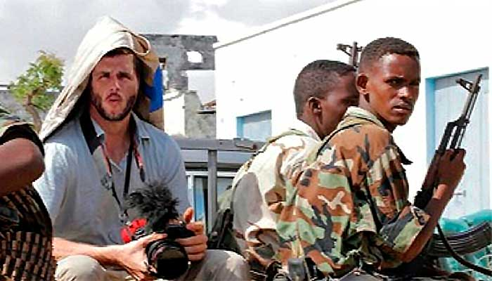 Eduardo Martins supostamente posa ao lado de combatentes na Somália: só que a foto é uma montagem sobre uma foto e identidade roubadas - foto: reprodução