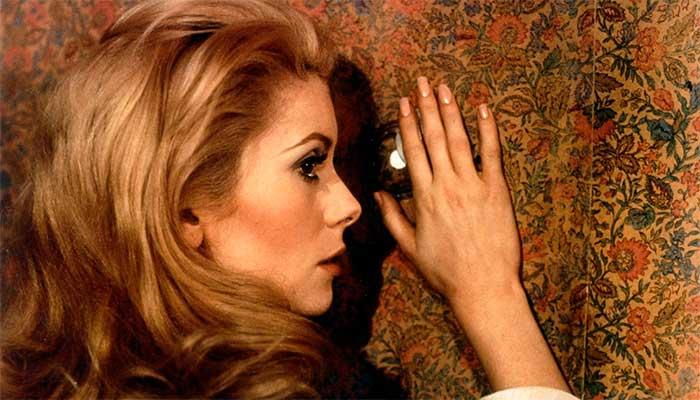"""Catherine Deneuve no filme """"A Bela da Tarde"""" (1967); a atriz francesa assinou o manifesto de mulheres defendendo a """"liberdade de importunar dos homens"""" - Foto: divulgação"""