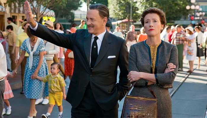 """Cena de """"Walt nos Bastidores de Mary Poppins"""" (""""Saving Mr. Banks"""") em que Walt Disney (Tom Hanks) leva Pamela Travers (Emma Thompson) para conhecer a Disneyland – Foto: divulgação"""