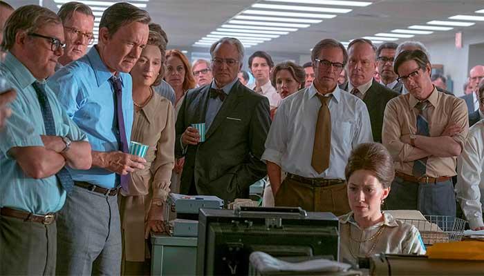 """Equipe do """"Washington Post"""", com Bradlee (de azul com copo na mão) e Grahams (à direita dele), no filme """"The Post"""" - Foto: divulgação"""