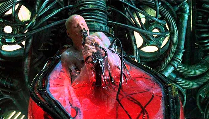 O personagem Neo, do filme Matrix, acorda da ilusão criada pelas máquinas para roubar sua energia sem que perceba - Foto: reprodução
