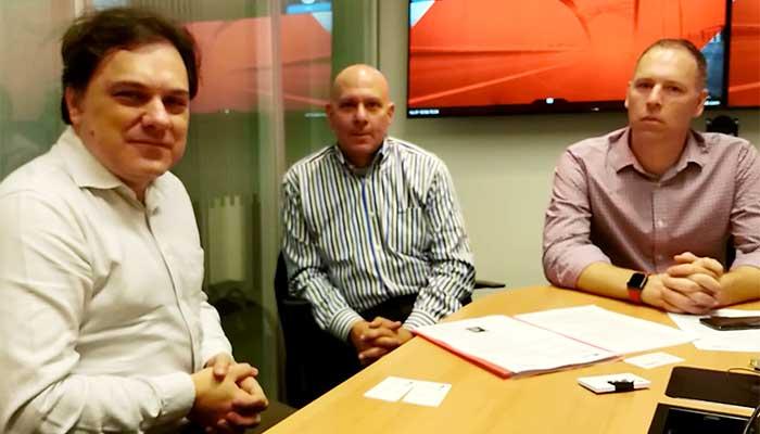Paulo Silvestre (esquerda) conversa sobre transformação digital com John Allessio (centro) e Nick Hopman – Foto: reprodução
