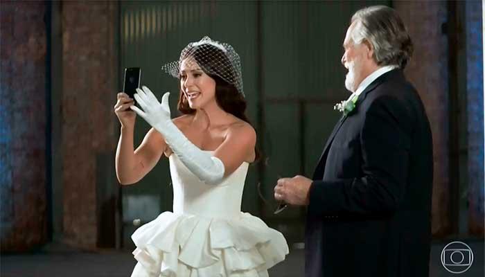 """A personagem Vivi Guedes, interpretada por Paolla Oliveira na novela global """"A Dona do Pedaço"""", faz uma """"live"""" antes de se casamento - Foto: reprodução"""