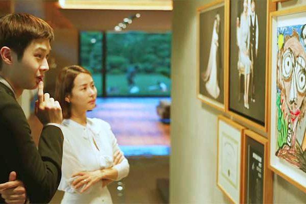 """Cena de """"Parasita"""", com o personagem Kim Ki-Woo (esquerda) """"analisando a arte"""" do filho de Park Yeon-Kyo - Foto: reprodução"""