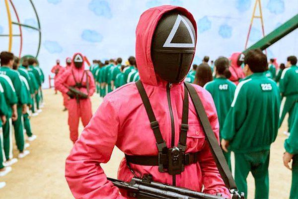 """Guarda da série """"Round 6"""", que se tornou a mais vista na Netflix, cujos jogos violentos estão sendo simulados em escolas"""